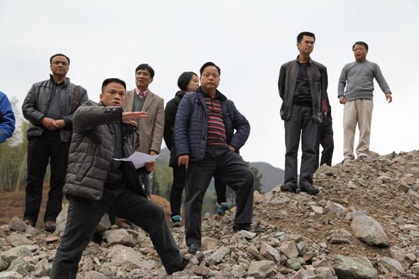 2014年2月24日市政府副秘书长徐金伙检查二广高速连州段水毁农田情况并在连州召开协调会议
