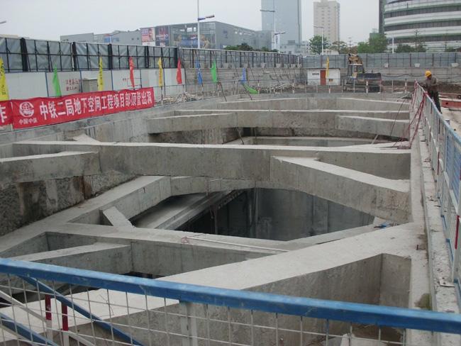 桂城顶管始发井接收井基坑监测   基坑因土方开挖容易导致周边建筑物和地下管线受损,且基坑在开挖过程中必然引起位移,从经济性的角度,只要能保证基坑不出现安全事故,则支护方式会选择尽量经济的方式。要确保基坑安全,对支护结构和周边建筑物进行监测是必须的。基坑监测是确保基坑安全的最后一道防线。  桂城顶管始发井接收井基坑监测   根据国家强制性标准《建筑基坑工程监测技术规范》GB 50497-2009规定,开挖深度大于等于5m或开挖深度小于5m但现场地质情况和周边环境较复杂的基坑工程以及其它需要监测的基坑工程应
