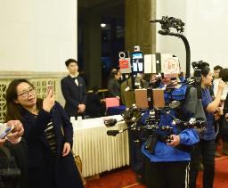 全国政协新闻发布会 记者使用新式设备报道