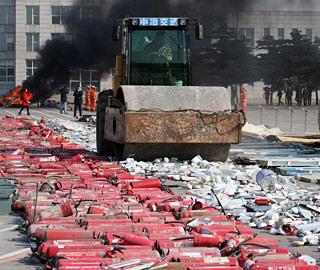 沈阳集中销毁假冒伪劣消防产品 共计7000余件(1/3)