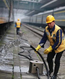 火车上水工:每天往返20公里 重复上水动作上千遍