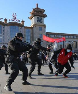 备战春运客流高峰 北京站进行反恐演练