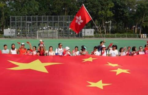 """香港市民高举巨幅国旗迎国庆 高喊""""我们永远都是护旗手"""""""